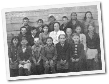 Учительница начальных классов Е. И. Татанова со своими учениками. 1946 г.