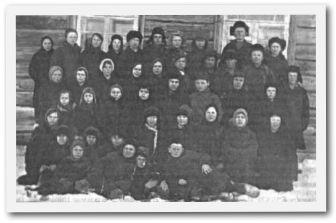 Первый пионерский отряд во главе с учителями.1934 год