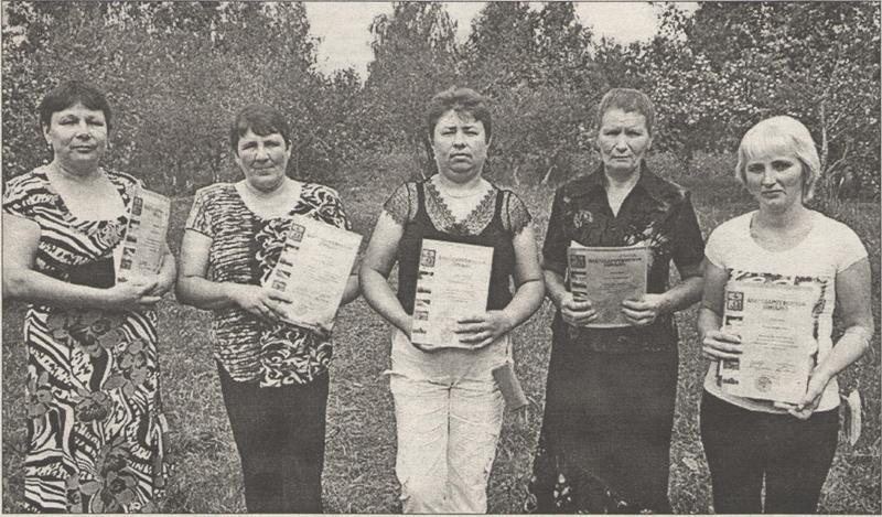 (слева направо) Г.Ю. Гордеева, Г.В. Лапшова, Е.В. Шальнова, Г.В. Мельникова, Е.М. Евменкина - операторы машинного доения СПК «Оборона страны», надоившие от своих групп коров свыше 120 тонн молока за первое полугодие.
